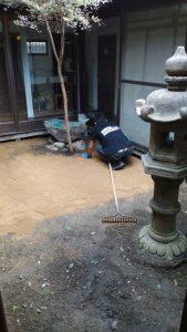 お庭工事の15時現在の様子。地面からものがほとんどなくなりました。