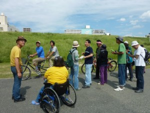 (写真)タンデム自転車の乗り方を説明中