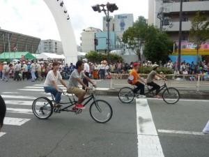 (写真)タンデム自転車が2台パレードしているところ