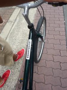 (写真)自転車に「小澤社会福祉基金寄贈」というシールが貼られています