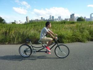 (写真)ひとりでタンデム自転車をこいでいるところ