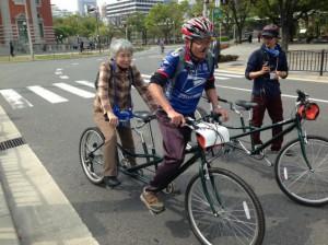 (写真)試乗会でタンデム自転車に乗る参加者