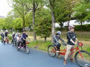 (写真)出発前、タンデム自転車が並んでいるところ