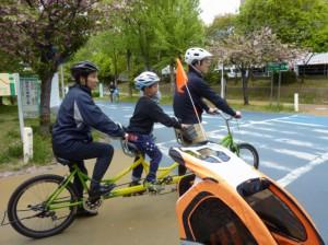 (写真)3人乗りにチャレンジ