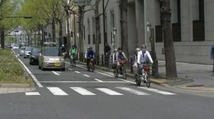 (写真)タンデム自転車が並んで御堂筋を走っているところ