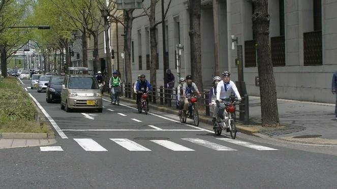 タンデム自転車で公道を走行 ...