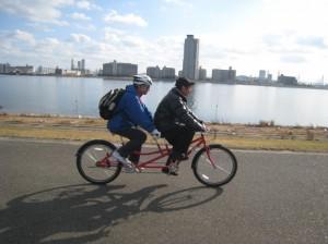 (写真)淀川河川敷を走るタンデム自転車
