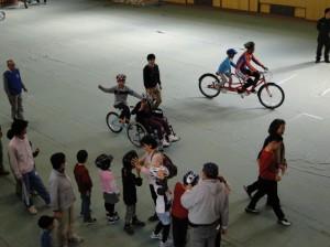 (写真)子ども達がタンデム自転車にのるために長い列を作って待ちます