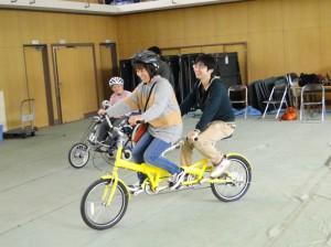 (写真)タンデム自転車に挑戦する介助者 バランスが難しい