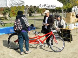 大阪でタンデム自転車を楽しむ会のブースでタンデム自転車の説明をします