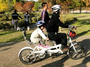 タンデム自転車に挑戦する親子