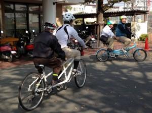 (写真)タンデム自転車が2台走っているところ