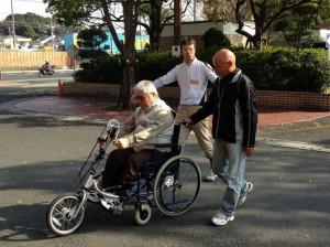 (写真)ハンドサイクルを男性がこいでいるところ