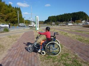 (写真)ハンドサイクルに夢中な男の子