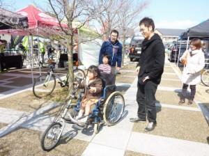 (写真)ハンドサイクルに子どもが乗っている