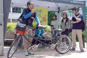 (写真)タンデム自転車の乗り方を説明