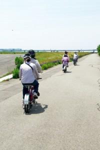 (写真)淀川堤防を走っている