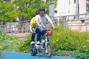 (写真)タンデム自転車が走っている