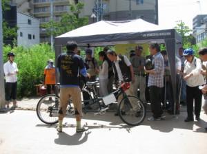 (写真)参加者にタンデム自転車の説明をしているところ