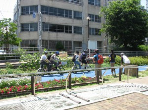 (写真)タンデム自転車の出発をお見送りします