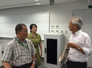 休憩時間に山下さんに質問される志水教授(右)