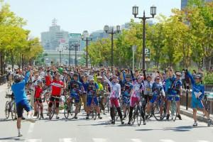 (写真)アピール走行前にみんなで「サイクル~、ピクニッッック~」とかけ声