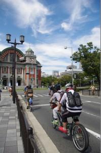 (写真)出発しました。向こうには中央公会堂が見えます