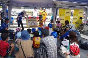 (写真)ウィーラースクール(子ども自転車教室)で紙芝居を聞く子どもたち