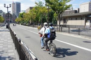 (写真)タンデム自転車試乗中