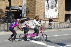 (写真)タンデム自転車の試乗を楽しむ人たち