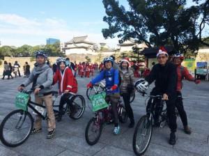 (写真)大阪城大手門をバックに記念撮影