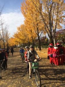 (写真)大阪城公園の紅葉の中、サイクリング