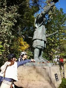 (写真)三光神社で真田幸村像の足を触っているところ