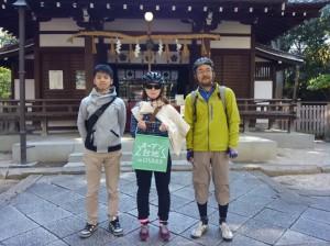 (写真)安居神社本殿の前で記念撮影
