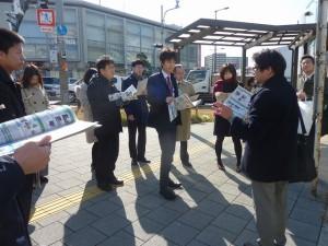 歌島橋交差点で対策について説明を受けている。