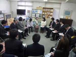 永野さんと岡崎さんの話を聞き入っている環境省の皆さん。
