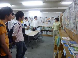 5階ではパネルで西淀川公害について説明を受けています。