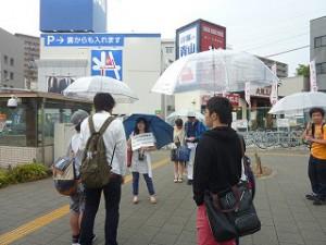 歌島橋交差点にて大気汚染対策などの解説を行っています。