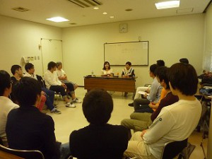 永野さんのお話を聞き入っている学生さんたち。