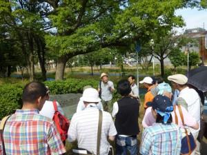「中島大水道跡の碑」で、仁勇さんの解説。
