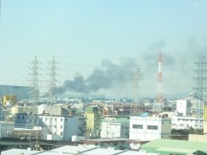 遠くに煙が見えます。