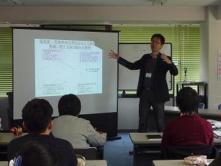 教訓を伝えることの課題について説明される先生。