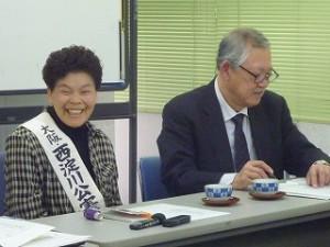お話をされる池永さん。タスキをかけておられます。右は上田敏幸さん。