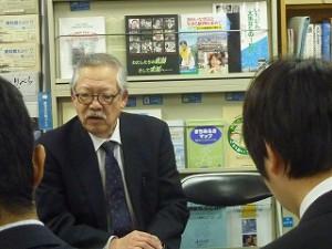 お話をされる上田さん。
