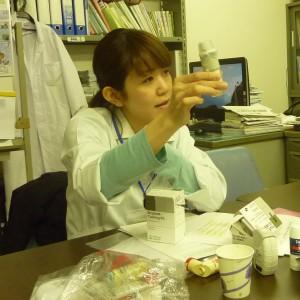 ぜん息の薬の説明をする薬剤師さんの写真