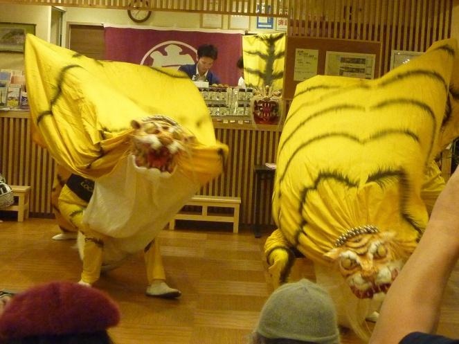 津波で流された衣装や道具を徐序に整えて復活した「虎舞」