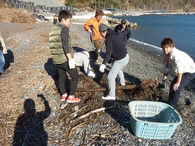 昨年のツアーでは台風の流木を撤去するボランティアをしました