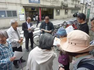 藤村さんがまとめ、小田先生が確認した資料を持って、歩きます。