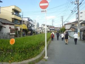このあたりも、交通量は多くないのに、真ん中に緑地帯があります。