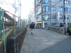 橋の欄干が残っています。
